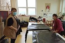 Covidová epidemie zaměstnankyně chráněné dílny Háta v Ledči nejdřív připravila o práci a vzápětí jim dala jinou. Šijí pytle na nebožtíky