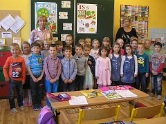 Na fotografii jsou žáci ZŠ a MŠ Ždírec nad Doubravou, třída 1.A paní učitelky  Mgr. Gabriely Glosrové. Na snímku s asistentkou Jiřinou Novotnou (vpravo)