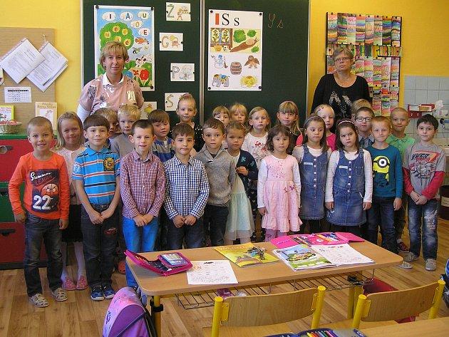 Na fotografii jsou žáci ZŠ a MŠ Ždírec nad Doubravou, třída 1.Apaní učitelky  Mgr. Gabriely Glosrové. Na snímku sasistentkou Jiřinou Novotnou (vpravo)
