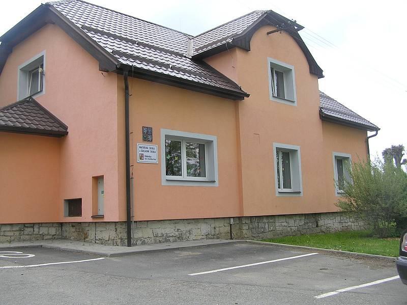 Do školky v Leštině jezdí děti z Dobrnic, obce, která se za pár let ocitne za rychlotratí.