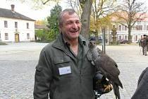 Václav Augustin se chovu a výcviku dravců věnuje celý život. Je v tomto oboru uznávaným odborníkem.
