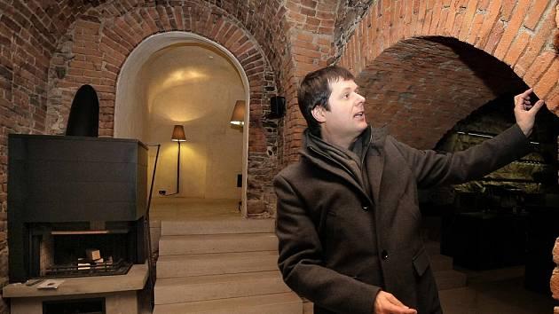 V novém kabátě. Architekt Aleš Burian, ale i radní Libor Honzárek (na snímku) jsou zvědavi, jak netradiční interiérové prvky, kterých je ve vinárně celá řada, veřejnost přijme.