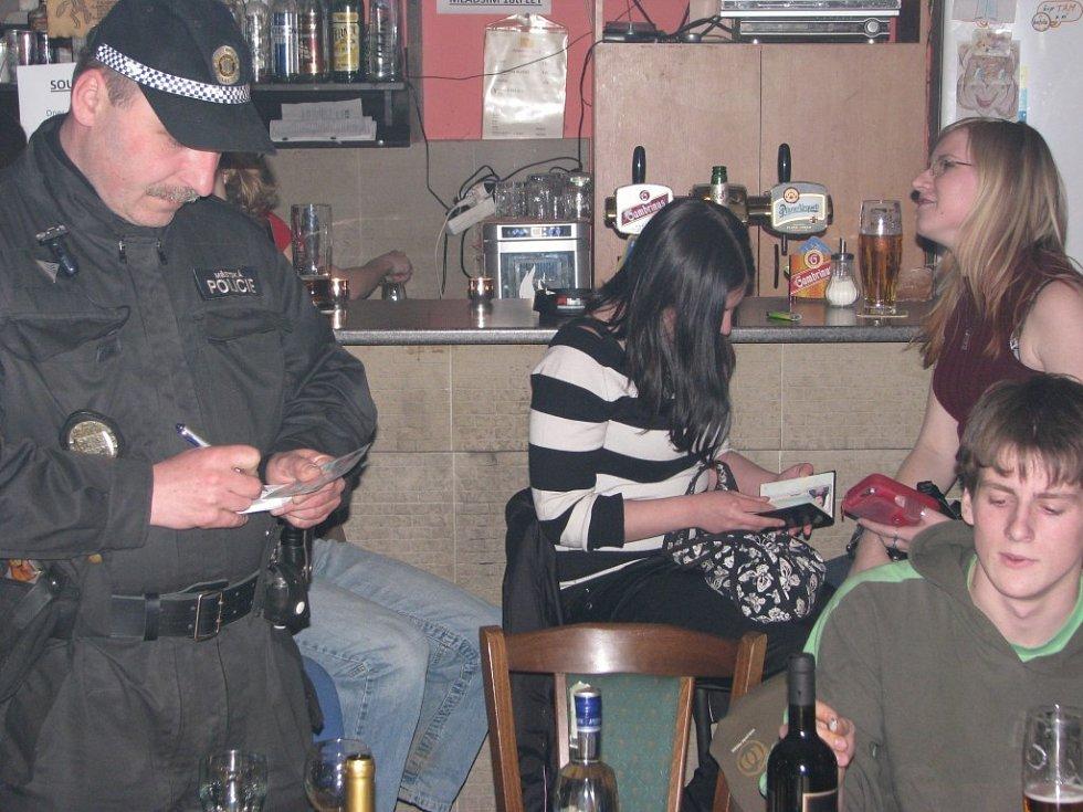 Celkem šestnáct nočních podniků v Havlíčkově Brodě, Golčově Jeníkově, Světlé nad Sázavou, Ledči nad Sázavou a Sobínově zkontrolovali v noci z pátku na sobotu příslušníci několika policejních složek z Havlíčkova Brodu.
