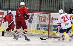 Gól - takový obrázek byl často k vidění během obou víkendových zápasů třebíčských juniorů (v bílém), kteří v derby Vysočiny v neděli porazili Havlíčkův Brod 6:1.