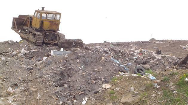 Skládka. Ukládání odpadů v Ronově vynáší, ale město musí do skládky investovat.
