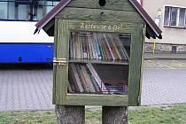 Nabídka knihobudky slouží čtenářům hlavně v době, kdy má knihovna zavřeno.