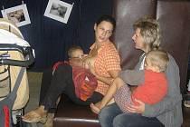 Pro mladou maminku tří dětí Jitku Zetkovou (na snímku vlevo) je nejpřirozenější věcí na světě živit svoje děti mateřským mlékem a krmit je doslova tam, kdekoliv to potřebují.  Nejstaršímu dítěti jsou čtyři roky a mateřskou výživu si dopřává dosud.