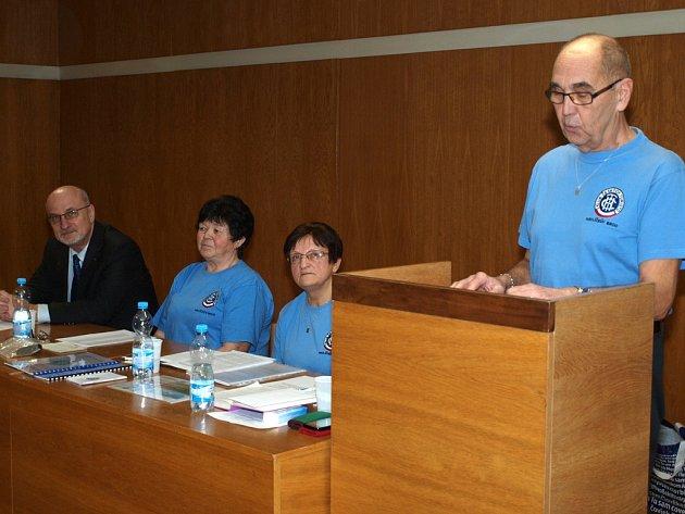Na výroční členskou schůzi turistů KČT Havlíčkův Brod přijal pozvání starosta města Jan Tecl (na snímku zcela vlevo).