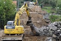 Práce na odklízení sutin zříceného mostu.