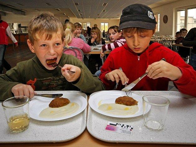 BIO ŠOK. Ten utrpěli mnozí malí návštěvníci chotěbořské školní jídelny při zjištění, že místo knedlíků bude oběd ve stylu zdravé výživy, a tak vzdychali po  hranolkách s kolou.