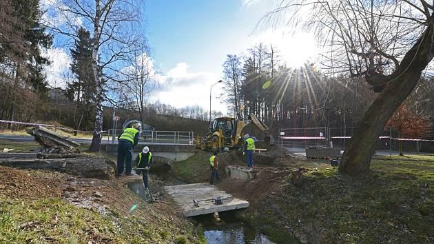 Sérii plánovaných oprav lávek a mostků zahájila oprava lávky přes Cihlářský potok.