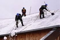 Jaké potíže může způsobit vrstva sněhu na střeše, ukazuje snímek z února roku 2006. Tehdy se pod náporem bílé nadílky začala deformovat konstrukce střechy zimního stadionu v Chotěboři. Zasahovat museli hasiči se speciální technikou.