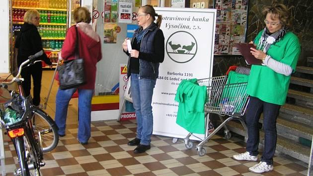 Koordinátorku a její nataženou ruku s letáčkem  zákazníci chotěbořské samoobsluhy často ignorovali. Potravinová sbírka je nezajímala.