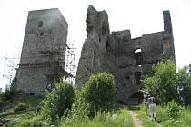 Věže hradu Rokštejna působí na turisty v zimě i v létě jako magnety.