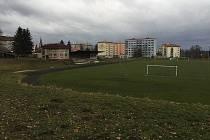 Nekvalitní škvárový povrch letního stadionu má konečně nahradit atletická dráha s běžeckým oválem o rozměrech 400 metrů.