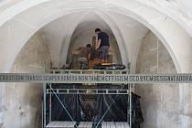 Barokní oltář v kostele sv. Kateřiny demontovali památkáři.