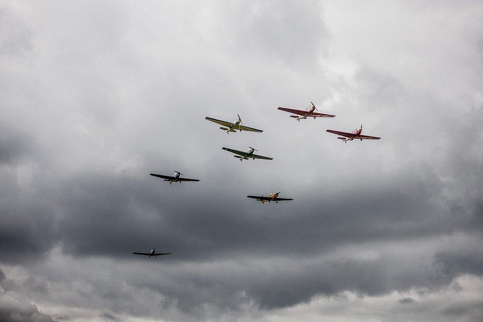 Pomalý průlet formace Trenérů nad Chotěboří. Letadla, původně vyrobená v padesátých letech pro armádu jako cvičná, pochází z aeroklubů po celé republice.