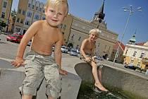 V parných dnech musí dbát na pitný režim nejenom dospělí, ale i děti. A když je opravdu teplo, dá se příjemně zchladit i v kašně na náměstí.