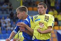Budou tři body? Fotbalisty Jihlavy (ve žlutém Michal Vepřek) čekají nebezpečné Vítkovice. Trenér Luboš Zákostelský chce na horké půdě kromě výhry také neinkasovat.