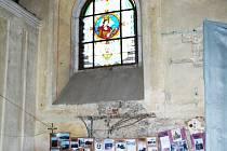 Vytrhaná elektroinstalace v severní straně kostela.