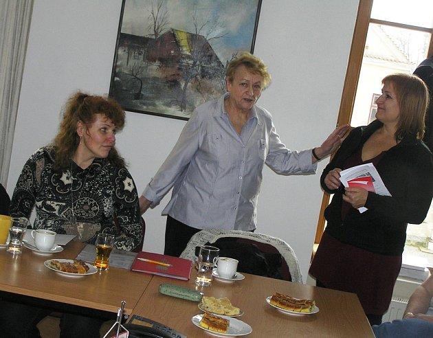 Na nevšední setkání do Přibyslavi pozvala Ludmila Kameníková (vlevo) spisovatelku a badatelku Hanu Sar Blochovou (vpravo).