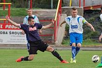 Pohledský kapitán Petr Slanař (v bílém) zajistil svému týmu překvapivou remízu v Kamenici nad Lipou, kde se mu za stavu 2:1 podařilo přehodit gólmana Votápka.