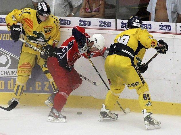 Hokejisté Havlíčkova Brodu (v červeném) v přípravném období stejně jako v minulých letech změří síly s Draky ze Šumperka.