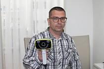 Optik Zdeněk Běhounek obsluhuje přístroj Plusoptix