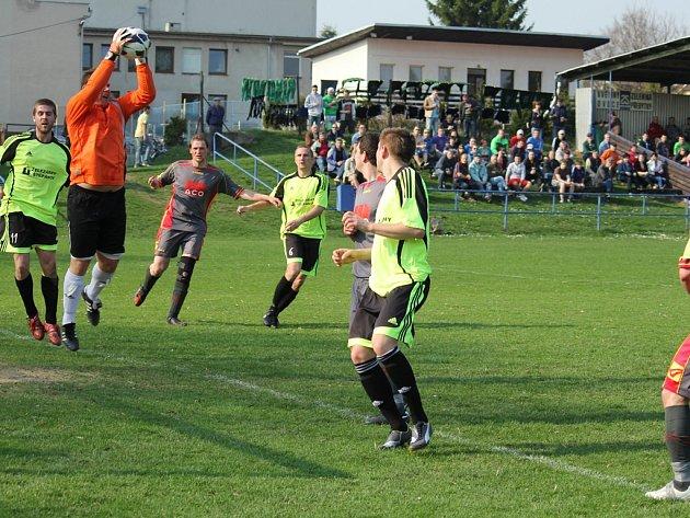 Oporami bylo gólmani. Ve šlágru kola byli v Přibyslavi ozdobou utkání oba gólmani. Na straně domácích Jaroslav Holcman (na snímku), v brance Štěpánova Jan Hlavoněk.