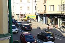 Vytížená křižovatka ulic Dolní a Žižkova.