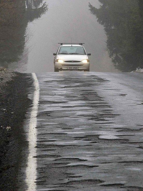 Některé úseky silnic na Vysočině jsou opravdu v katastrofálním stavu. Takto to například vypadá v úseku mezi Chotěboří a Rozsochatcem.