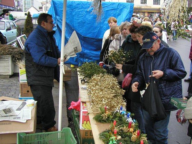 RUŠNO NA NÁMĚSTÍ. Dbát na pořádek na náměstí, například v době konání trhů, i to patří k práci městských strážníků