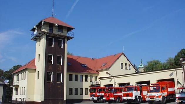 NOVÁ BUDOVA. V areálu vedle výpadovky na Humpolec  roste měsíc za měsícem velká budova.