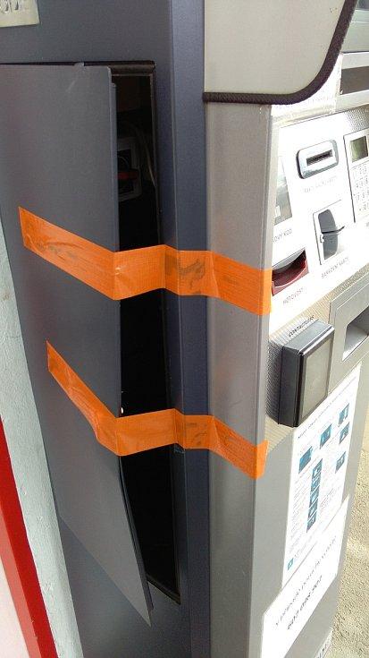 Poškozený automat na peníze ve Vilémově