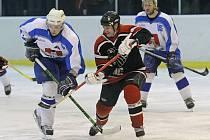 Světelští hokejisté (vlevo útočník Jaroslav Žák) vyhráli krajskou hokejovou ligu Pardubického kraje, nyní je čeká kvalifikace o II. ligu.