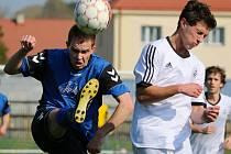 Bod získali fotbalisté Přibyslavi (v modrém) a Havlíčkova Brodu v prvním jarním duelu. V zápase šli do vedení domácí, ale ti pak hodinu hráli v deseti a soupeř dokázal alespoň srovnat.