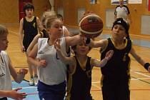 Brodský mixovaný tým nejmladších minižáků (v tmavém zleva Vojtěch Motyčka a Filip Nádvorník) prohrál v úvodním zápase  Národního finále v Příboře s Lovosicemi 53:55.