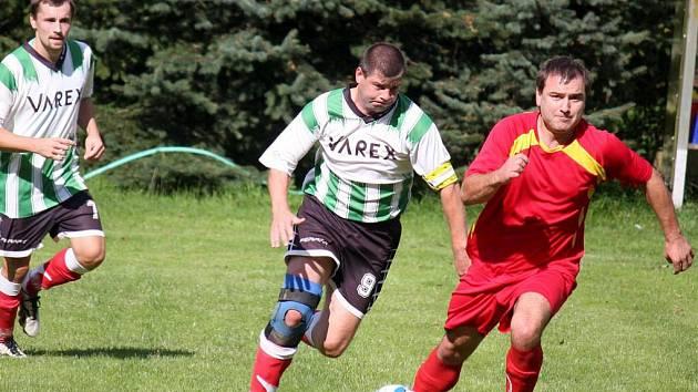 Zástupci okresního fotbalu z Věžnic i Štoků o víkendu bodovali. Štoky (v tmavém) doma porazily Speřice, Věžnice ve světlém) si přivezla cenný bod z Pelhřimova.