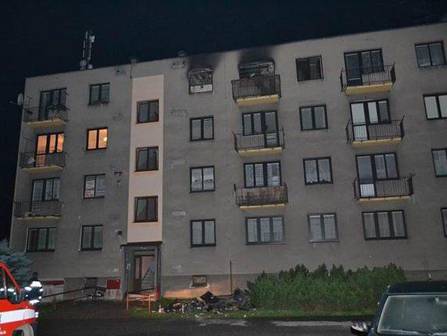 Požár. Plameny v posledním patře bytovky v centru Ždírce napáchaly škodu za 800 tisíc.