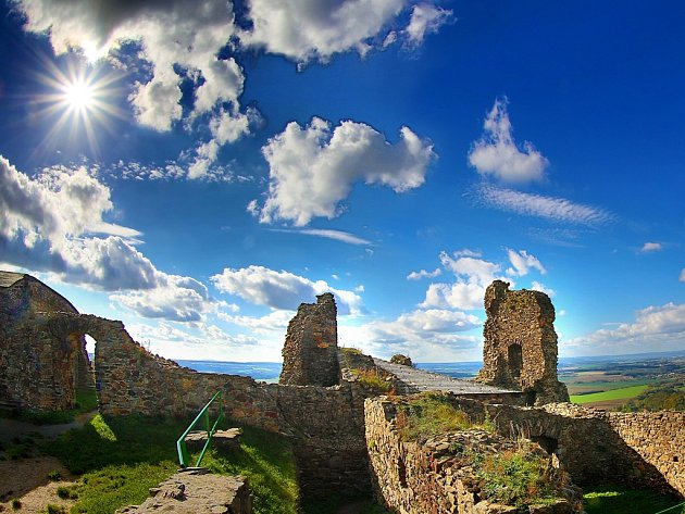 Zřícenina hradu, opředeného legendami, je ideálním místem pro pěší turistiku.