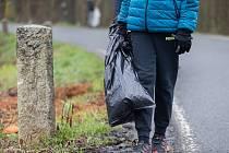 Sběr odpadků kolem silnice mezi Petrkovem a Svatým Křížem na Havlíčkobrodsku v rámci akce Čistá Vysočina 2021.