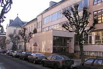 Také do budovy brodského gymnázia se v době covidu podívají budoucí studenti jen on-line.