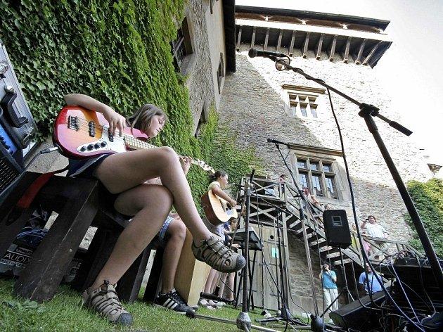 Finalisté Dětské porty, Folkového kvítku a Brány vystoupili na hradě v Lipnici nad Sázavou.