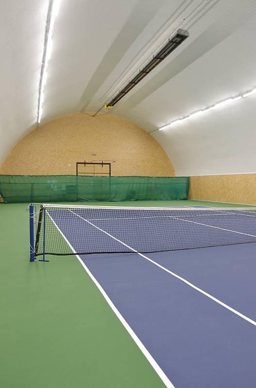 Tenisová hala a kurty ve Světlé nad Sázavou.