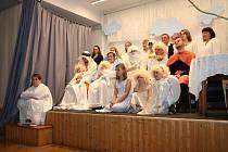 """V sobotu před první adventní nedělí uspořádal OÚ Kunemil tradiční """"Rozsvěcení vánočního stromu""""."""