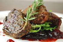 Milovníci zvěřiny si v hostinci U České koruny přijdou na své. Majitel restaurace a zároveň i kuchař Martin Hašek připravil celou řadu jídel, a to i podle svých vlastních receptů.