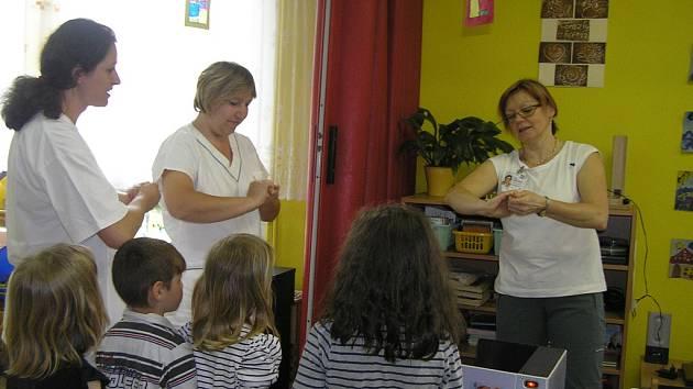 Čisté ruce. Jak jsou na tom s hygienou rukou, si v mateřské škole Prokopa Holého v Havlíčkově Brodě vyzkoušely i kuchařky.