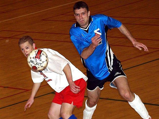 Druholigoví futsalisté havlíčkobrodského Pramenu (ve světlém Tomáš Šnobl) odcestovali v rámci dalších druholigových bojů na severní Moravu. Ze dvou zápasů si nakonec připsali jeden bod. Po dalším sahali v Havířově, ale domácí minutu před koncem rozhodli.