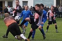 Druhý poločas rozhodl o vítězství přibyslavských fotbalistů (v černém) proti Pohledu, který tak bude hrát o záchranu.
