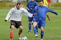 Krátké léto. Fotbalisté týmu FC Čáslavice-Sádek zahájili přípravu jako první. V jejich týmu došlo k řadě změn, to ve ždírecké Dekoře (v tmavých dresech) je kádr více stabilizovaný.